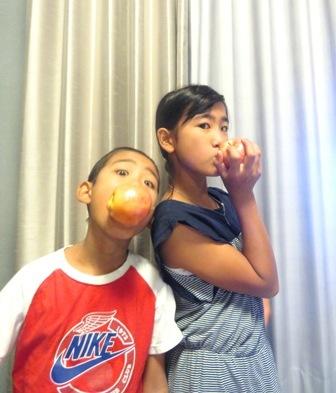 りんごをかじる二人