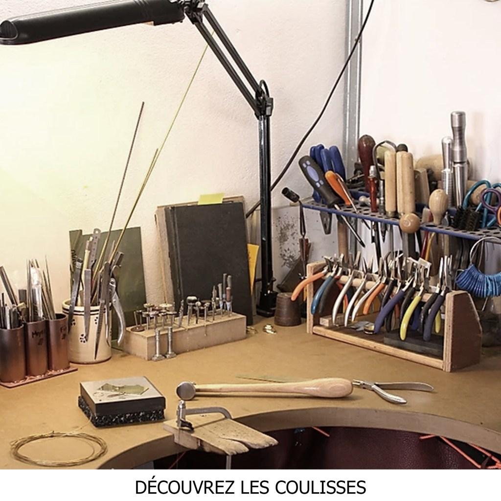 Rencontre avec la créatrice dans son atelier du Sud de la France où sont dessinés et assemblés artisanalement des bijoux fins en argent massif.