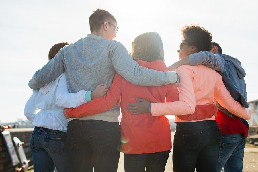 Atendimento ao Cliente Como torná-lo um diferencial competitivo foto de um grupo abraçado