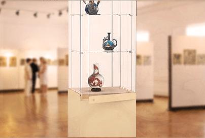 Профессиональная вертикальная четырёхгранная квадратная музейная витрина полного обзора на тумбе