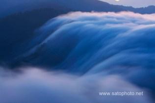 新潟 枝折峠の滝雲