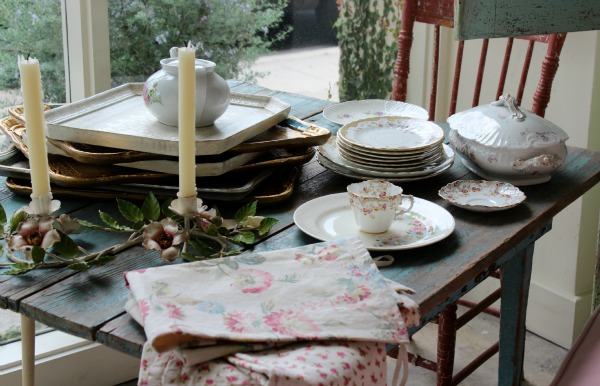 Rachel Ashwell Shabby Chic Couture - Vintage Dishes, Trays and Textiles