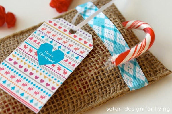 How to make easy and inexpensive table favors for Christmas out of burlap ribbon - Perfect for the kids' table! Full tutorial at SatoriDesignforLiving.com