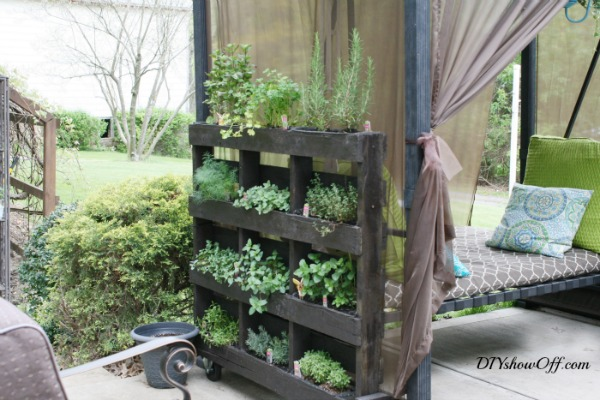DIY Vertical Pallet Herb Garden - DIY Showoff