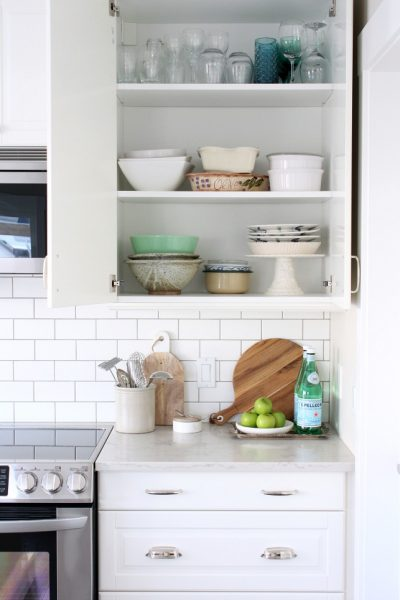White IKEA Bodbyn Kitchen - Tips for organizing the kitchen cabinets and drawers.