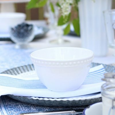 Casual Outdoor Brunch Place Setting - Tips for Hosting a Summer Outdoor Brunch
