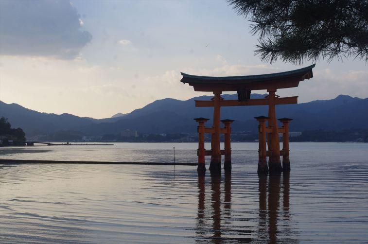 厳島神社参拝中