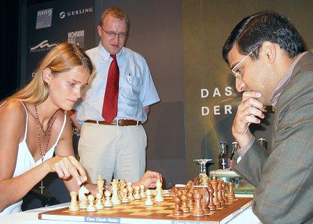 Camen Kass satranç oynuyor