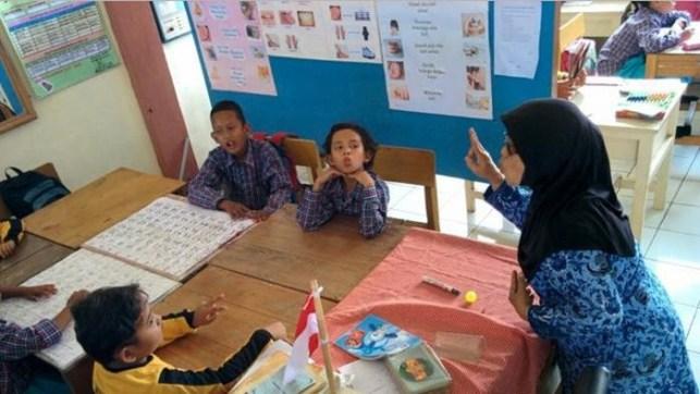 guru slb bahasa isyarat indonesia