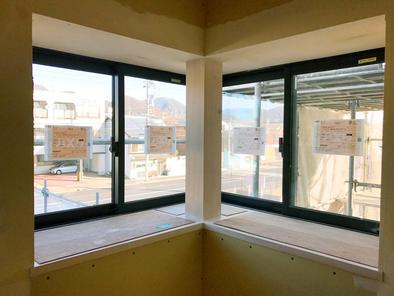 設計・デザインをした店舗(石材店展示場・墓石屋ショールーム)付き住宅の出窓