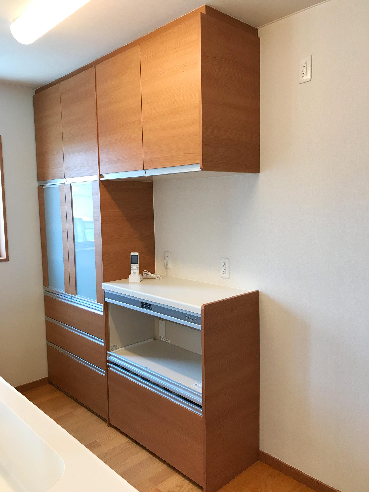 設計・デザインをした店舗(鍼灸接骨院)付き住宅のLDKのキッチンバック棚
