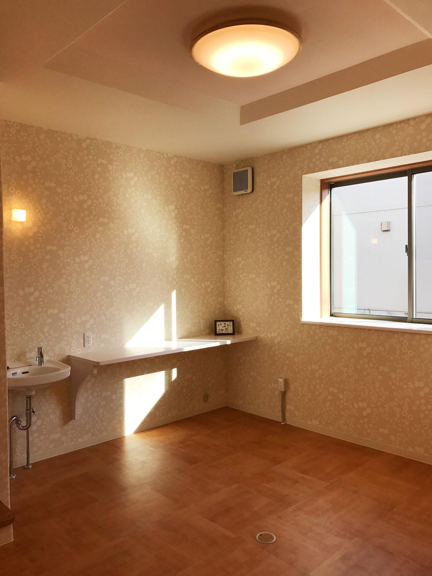 レディース治療院(はり・あん・マッサージ)付き二世帯住宅の施術室のカウンター