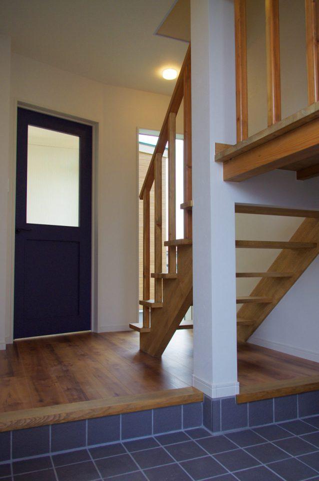設計・デザインをしたまつげエクステサロン付きかわいい注文住宅の玄関ホール、階段