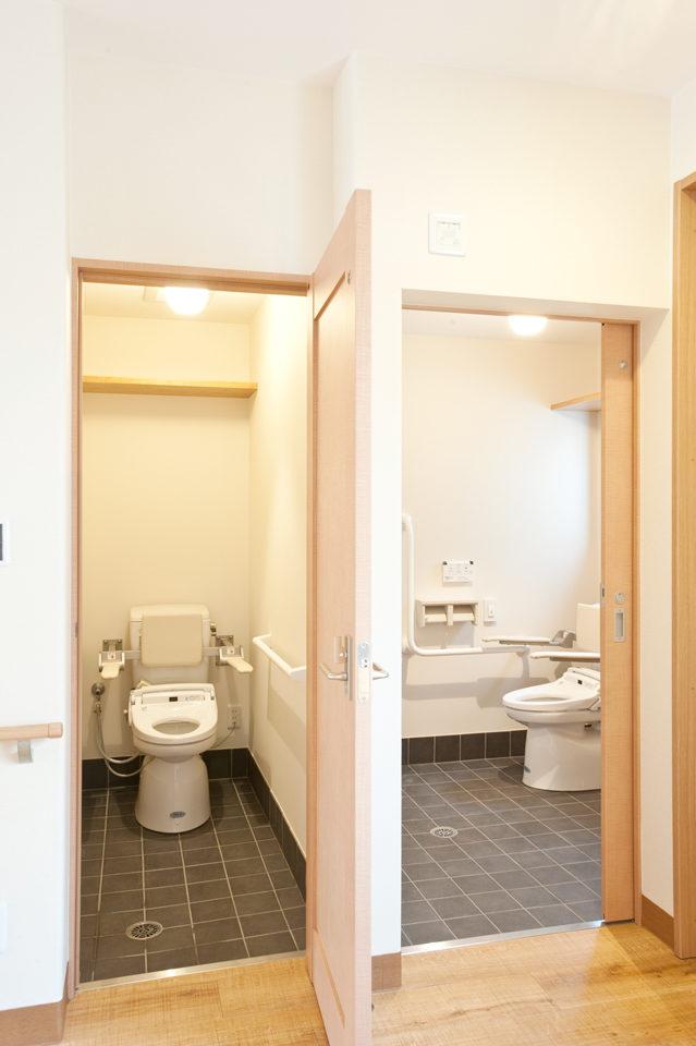 テナントからの移転新築設計・デザインをしたS-リハビリデイサービス・S-整骨院(店舗付き住宅)の車椅子対応トイレ