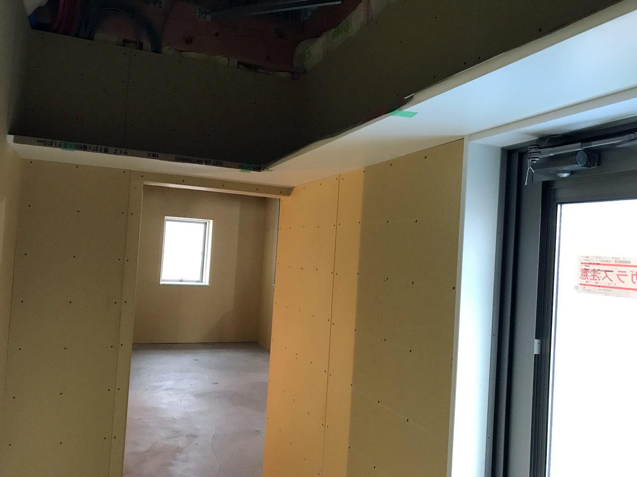 店舗(鍼灸接骨院)付き住宅の更衣室、バックヤードの収納棚