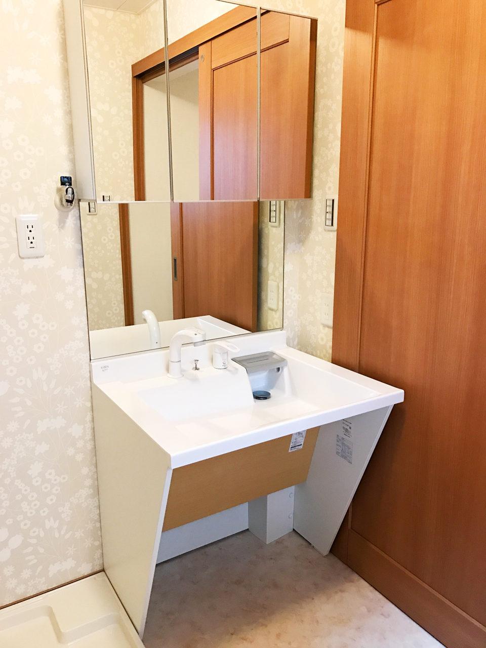 設計・デザインをさせていただいた木造平屋建てバリアフリー住宅の車椅子対応洗面化粧台