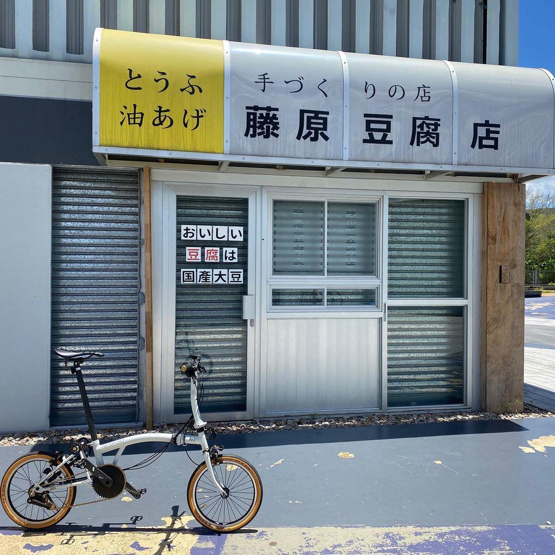 !最近香港竟然出現左間「藤原豆腐店」,日式做舊的店面簡直完美還原頭文字D中的場景,吸引唔少港男港女到場打卡,影出黎真係好似去左日本咁嫁!🤩( 圖片來源:IG@oceanhoi)