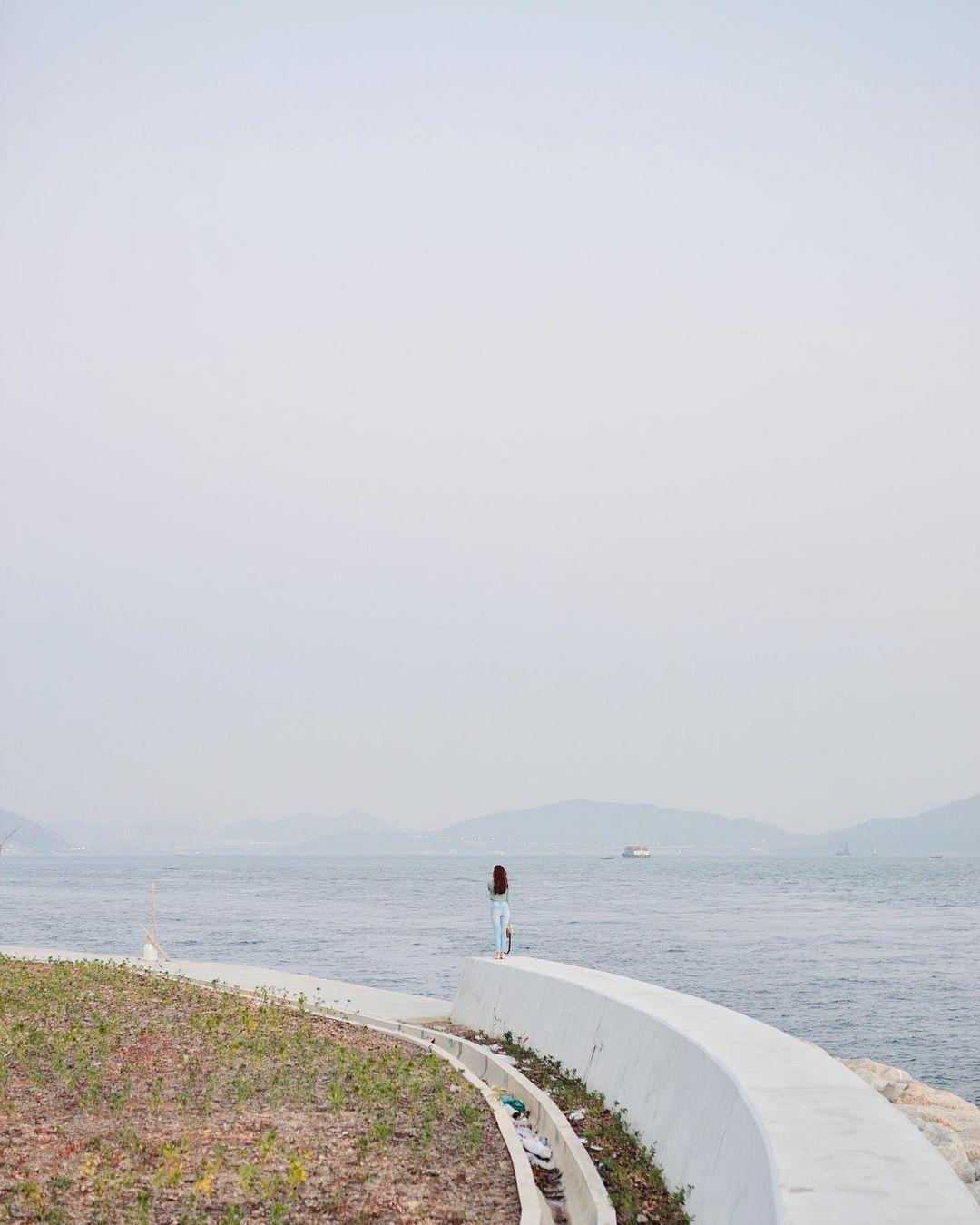 最近通車不久的屯赤隧道旁,近屯門浩和街附近,一條超長沿海堤壩成為打卡新熱點!(圖片來源:IG@emily_0224)