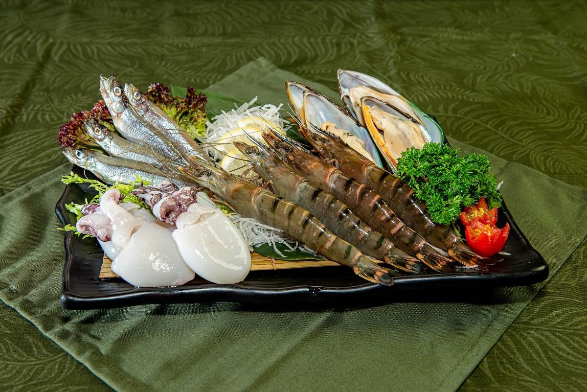 所有燒肉放題套餐都有帆立貝、青口、鹽燒多春魚等海鮮任食,十分抵食!