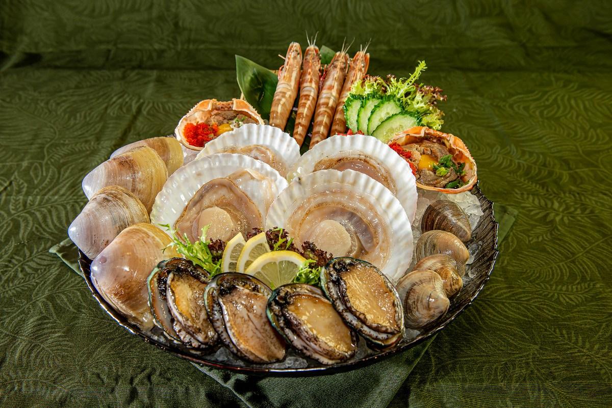 海鮮刺身盛燒肉半放題有齊鮑鱼、大扇貝、海蝦、大蜆、甲羅燒,海鮮迷必叫!