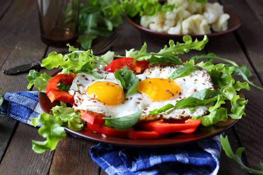 Ovos Estrelados com Salada e Pimentão