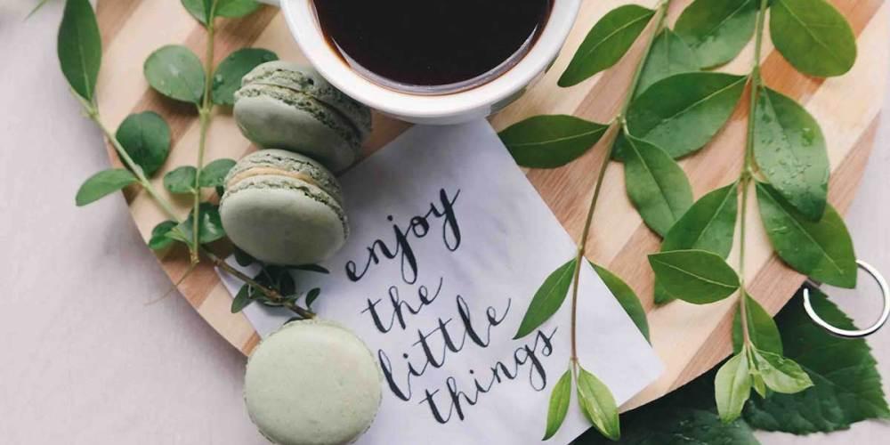 chá com macarrons