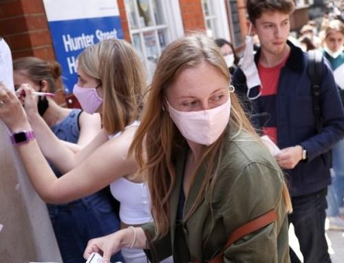 Reino Unido usa descontos em comida e viagens para incentivar jovens a vacinar-se