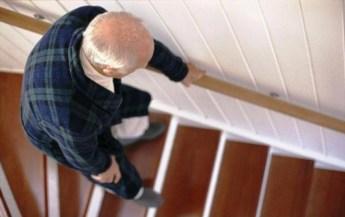 idoso subindo escada