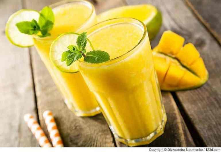 Mango-Smoothie und Zutaten