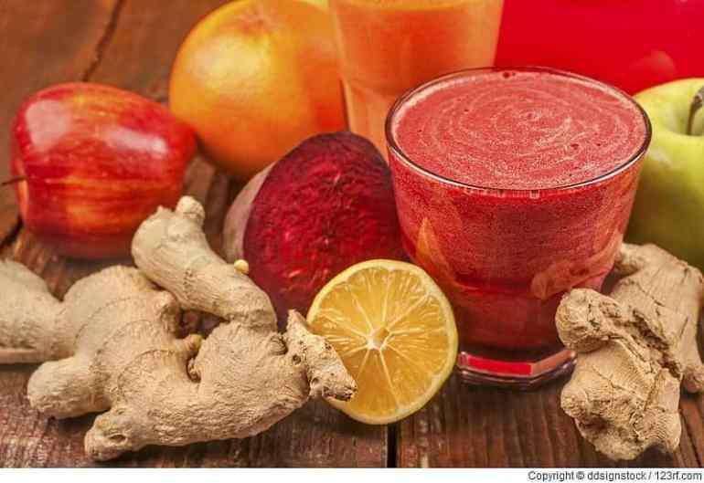 Smoothie aus Roter Bete, Zitrone, Karotten, Äpfeln und Ingwer. Frisch, gesund und selbst gemacht.