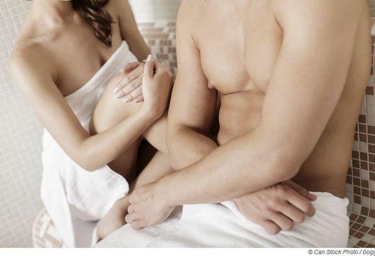 Geht man wirklich nackt in die Sauna, oder kann ich mich mit einem Handtuch verhüllen?