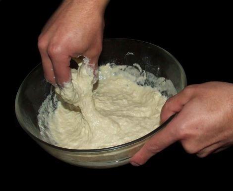 le petrissage de la pâte du pain pita libanais