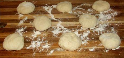 la préparation des pâtons de pain pita libanais