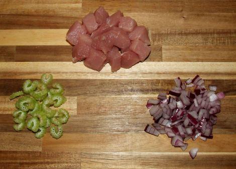 les ingrédients du porc au caramel vietnamien découpés