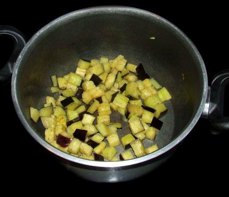 la cuisson de l'aubergine pour la moussaka libanaise sans viande