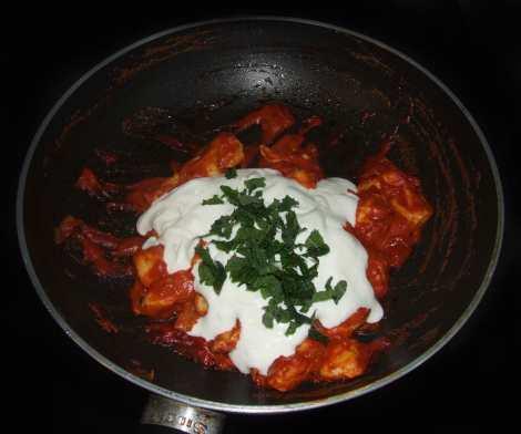 la préparation de la sauce du poulet tikka masala