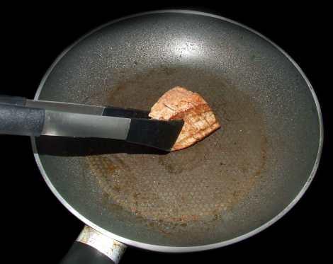 la cuisson de la viande pour le feuilleté au boeuf et morilles