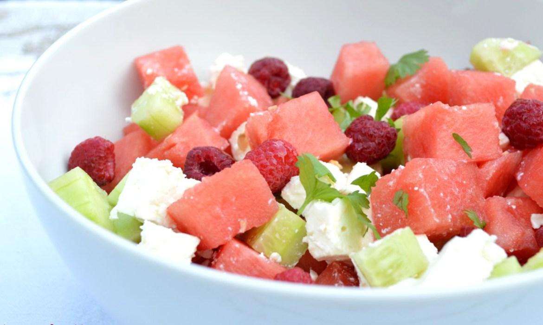 Salade d'été, vinaigrette au vinaigre à la pulpe de framboise