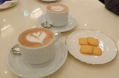 文華cafe  熱拿鐵搭配小餅乾