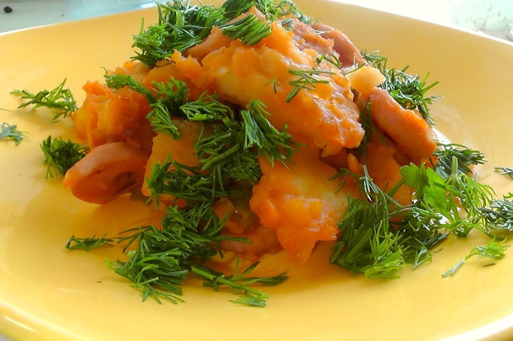 Paprikas de cartofi cu carnati de casa