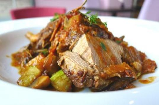 Roast pork with leeks and white wine