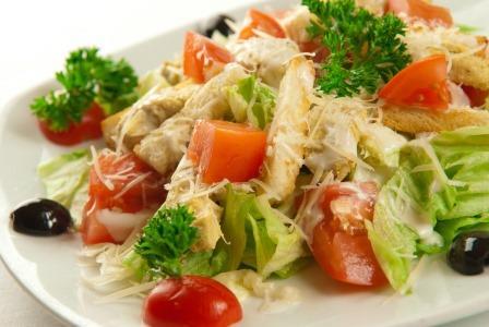 Salata Caesar cu pui la gratar
