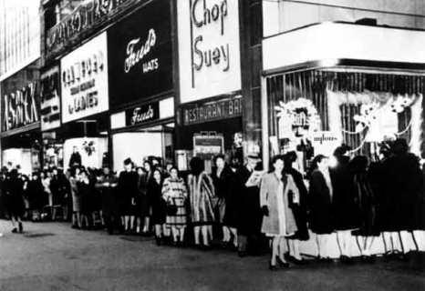 file-dattente-pour-acquerir-sa-paire-de-bas-nylon-etats-unis-1940