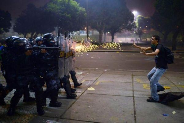 Protestant u sukobu sa policijom