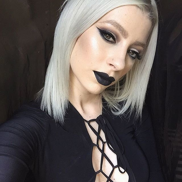 Girls-Wearing-Dark-Lipstick (1)