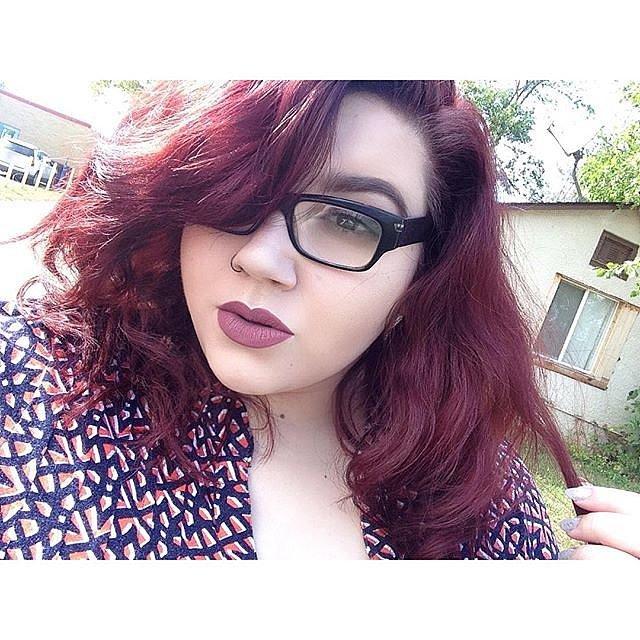 Girls-Wearing-Dark-Lipstick (22)