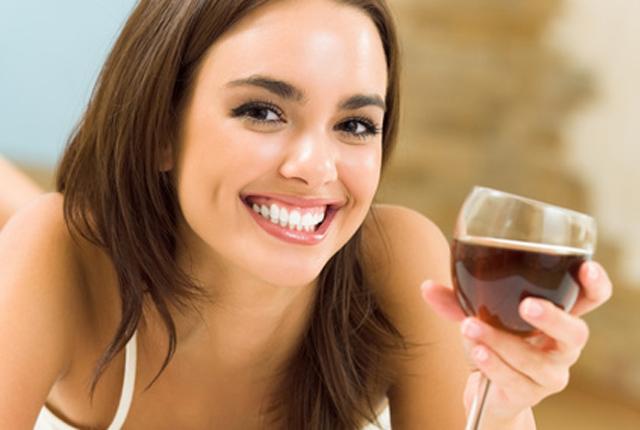 Dve čaše vina pred spavanje pomažu da izgubite kolograme (foto: stellar.ie)