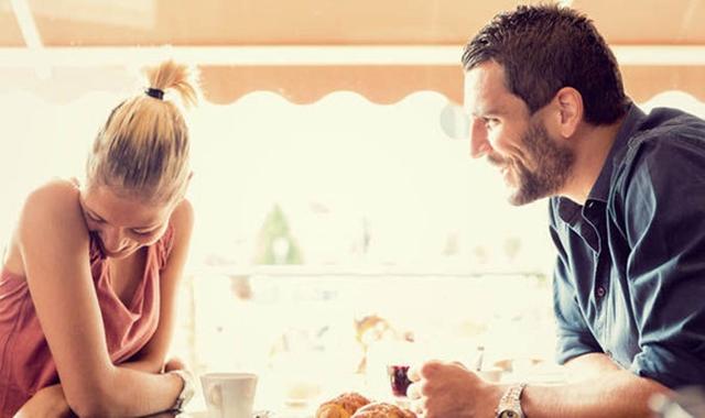 Prvi sastanci mogu biti čudni, te zato često pribegavamo lažima (foto: Purewow)