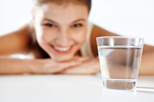 Čaša vode ujutru na prazan stomak učiniće čudo za vaše zdravlje (foto: belokawater)