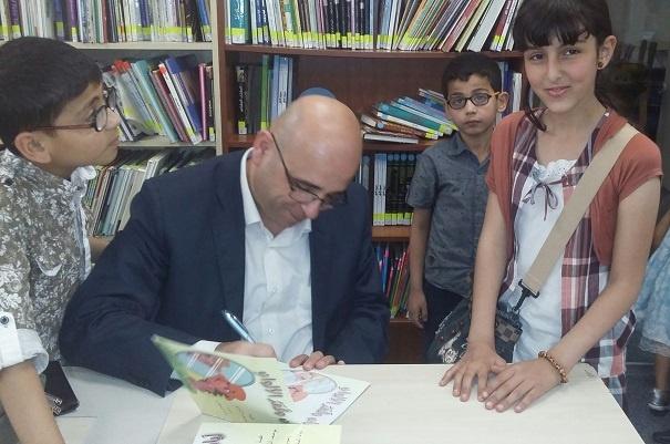 أستاذ يوسف يوقع القصة للأطفال